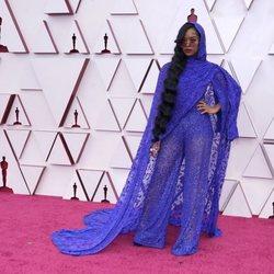 H.E.R. en la alfombra roja de los Oscar 2021
