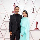 Riz Ahmed y Fatima Farheen Mirzaen la alfombra roja de los Oscar 2021