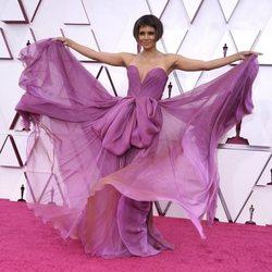 Halle Berry en la alfombra roja de los Oscar 2021
