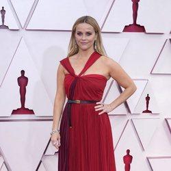 Reese Witherspoon  en la alfombra roja de los Oscar 2021