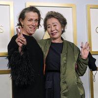 Frances McDormand y Yuh-Jung Youn ganadoras del Oscar 2021 a la Mejor Actriz y Mejor Actriz Secundaria