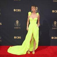 Kaley Cuoco en la alfombra roja de los Emmy 2021