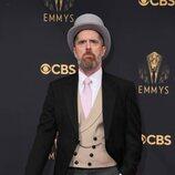 Brendan Hunt en la alfombra roja de los Emmy 2021
