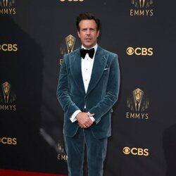 Jason Sudeikis en la alfombra roja de los Emmy 2021