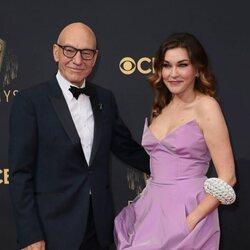 Patrick Stewart y Sunny Ozell en la alfombra roja de los Emmy 2021