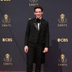 Josh O'Connor en la alfombra roja de los Emmy 2021