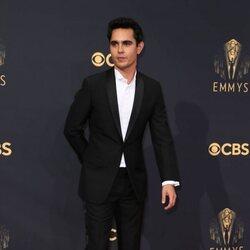 Max Minghella en la alfombra roja de los Emmy 2021