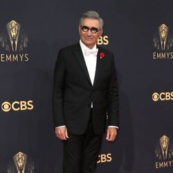 Eugene Levy en la alfombra roja de los Emmy 2021