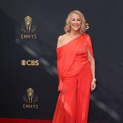 Catherine O'Hara en la alfombra roja de los Emmy 2021