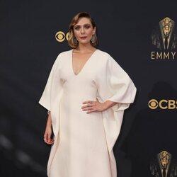 Elizabeth Olsen en la alfombra roja de los Emmy 2021