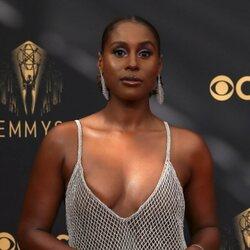 Issa Rae en la alfombra roja de los Emmy 2021