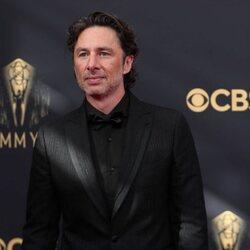 Zach Braff en la alfombra roja de los Emmy 2021