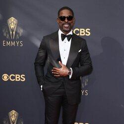 Sterling K. Brown en la alfombra roja de los Emmy 2021