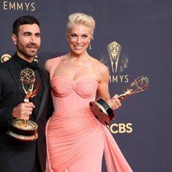 Brett Goldstein y Hannah Waddingham, ganadores del Emmy 2021 al mejor actor y mejor actriz de reparto de comedia