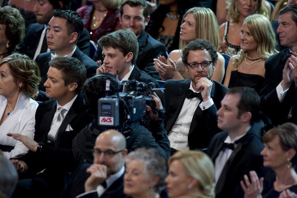 Jeremy Renner y Ethan Coen en la gala de los Oscar