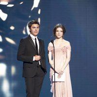 Zac Efron y Anna Kendrick en los Oscar 2010