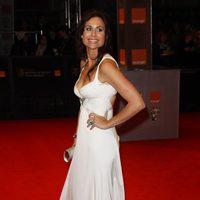 Minnie Driver de blanco nuclear en los BAFTA 2011