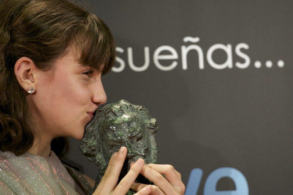 Marina Comas besa su primer Goya