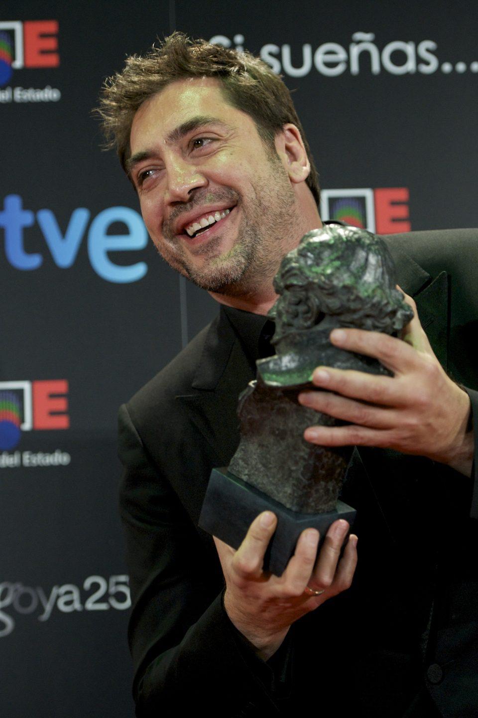 Javier Bardem posa sonriente con su Goya