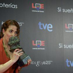 Nora Navas besa su Goya tras la gala