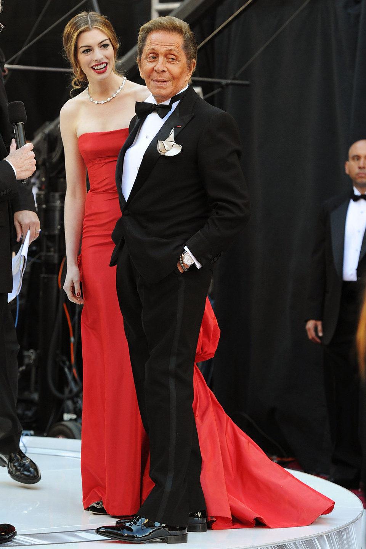 Anna Hathaway y Valentino en los Oscar 2011