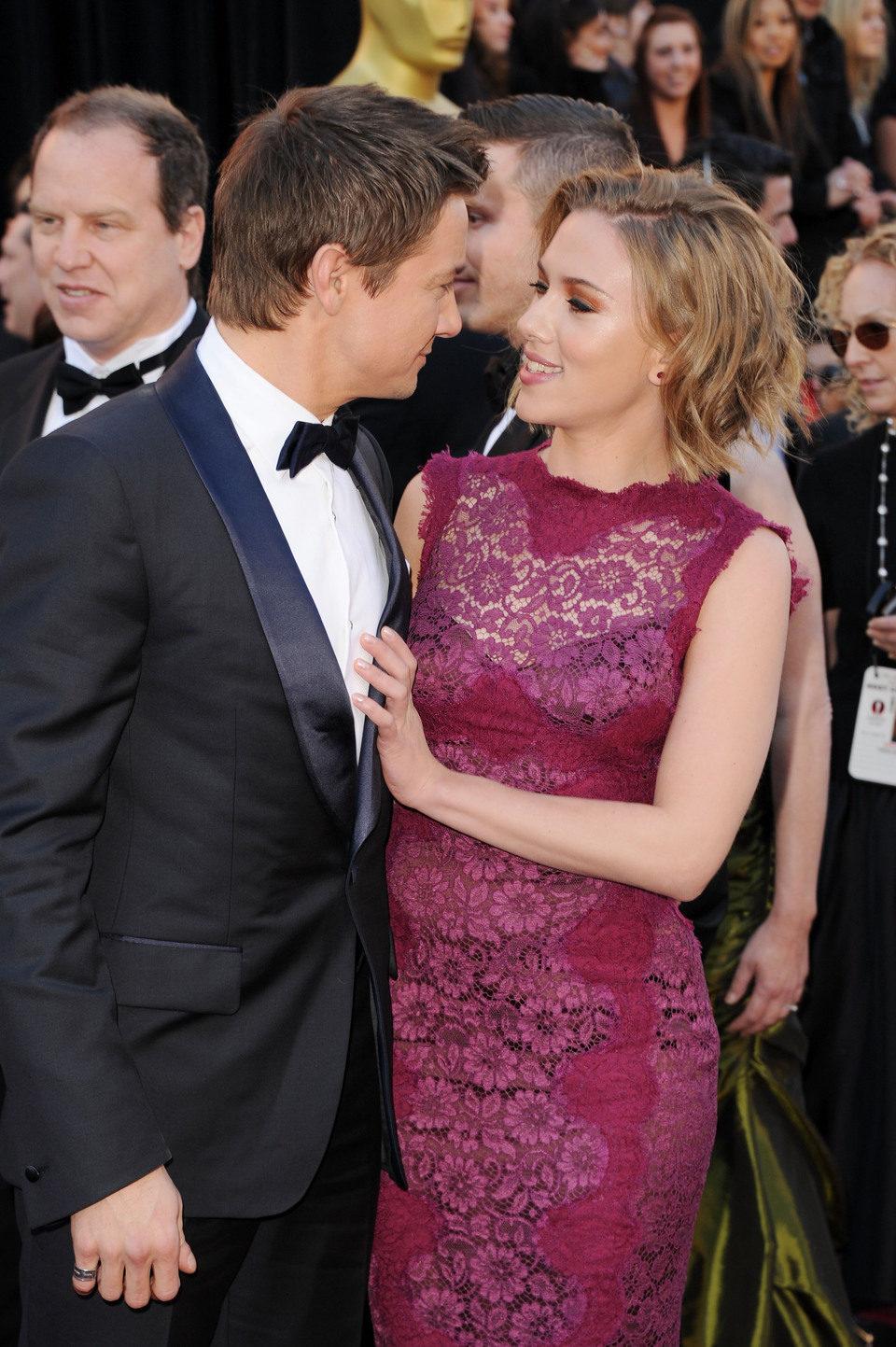 Jeremy Renner y Scarlett Johanson coinciden en la alfombra roja de los Oscar 2011