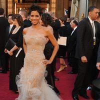 Halle Berry posa en la alfombra roja de los Oscar 2011