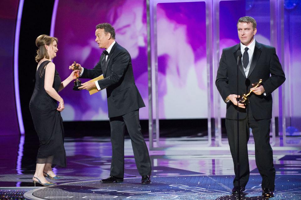 Karen O'Hara,Tom Hanks y Robert Stromberg en los Oscar 2011