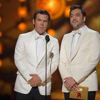 Josh Brolin y Javier Bardem presentan en los Oscar 2011