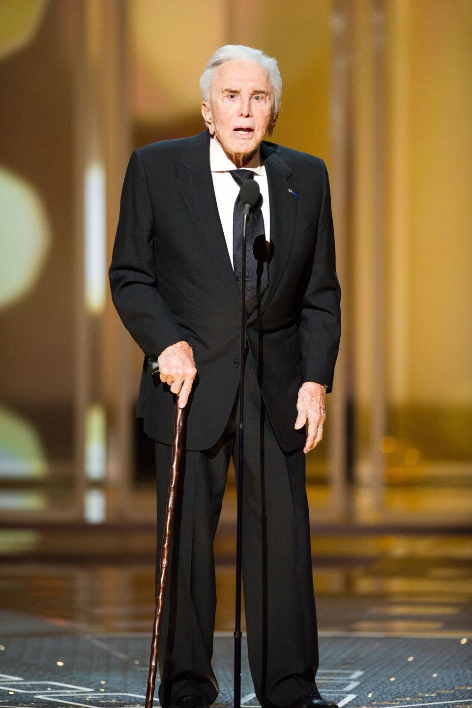 Kirk Douglas en el escenario de los Oscar 2011