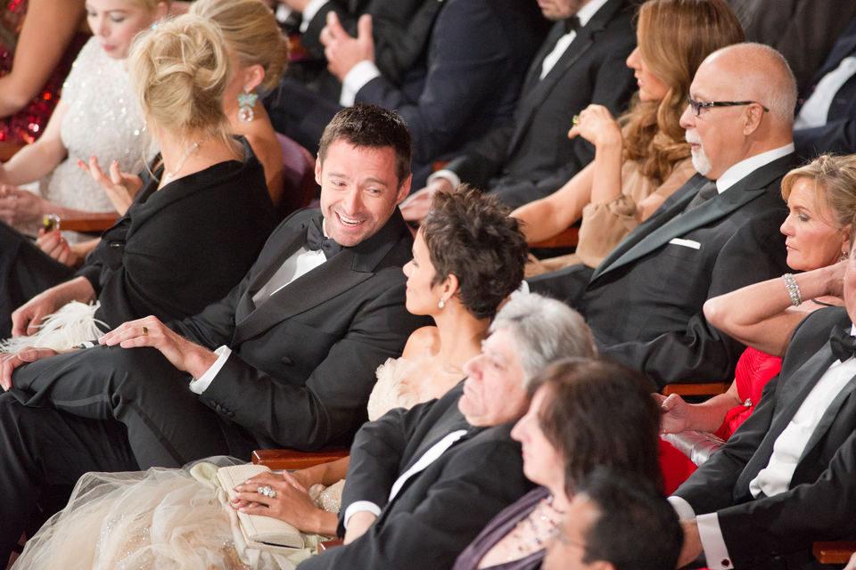 Hugh Jackman charla con Halle Berry en los Oscar 2011