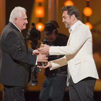 Javier Bardem entrega el premio a David Seidler