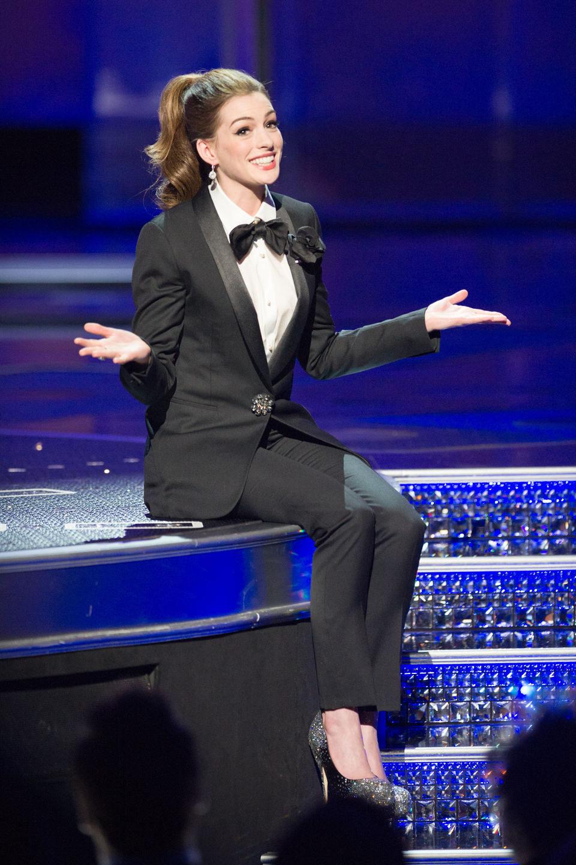 Anne Hathaway presenta sentada los Oscar 2011