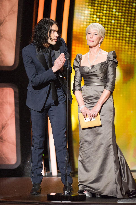 Russell Brand y Helen Mirren presentan un premio en los Oscar 2011