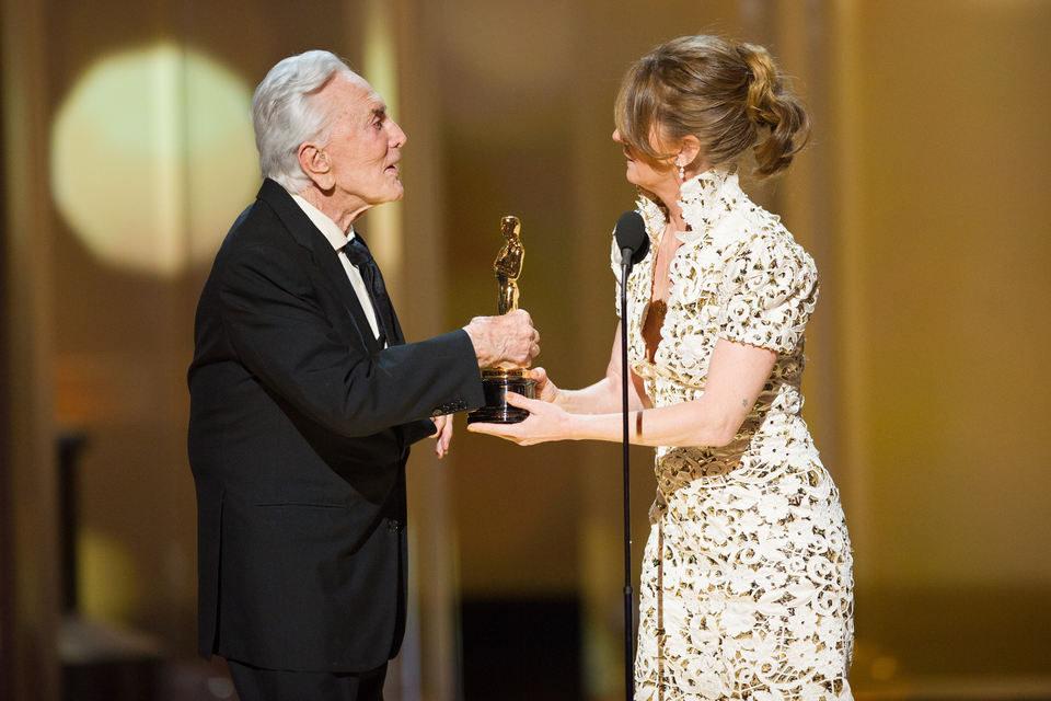 Kirk Douglas entrega un Oscar a Melissa Leo