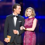 Matthew McConaughey presenta los Oscar junto a Scarlett Johansson