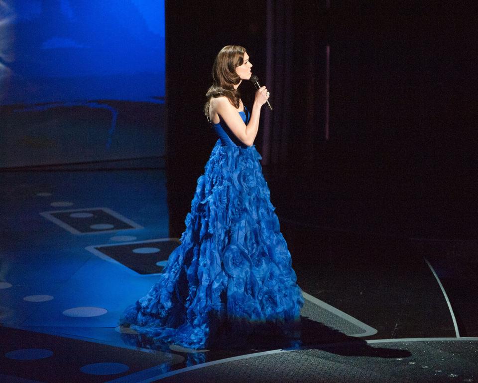 Mandy Moore actúa durante los Oscar 2011