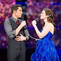 Zachary Levi y Mandy Moore cantan en los Oscar 2011