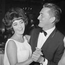 Elizabeth Taylor con Kirk Douglas