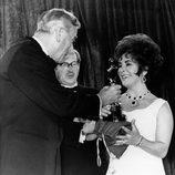 Elizabeth Taylor recoge el Oscar por '¿Quién teme a Virginia Woolf?'