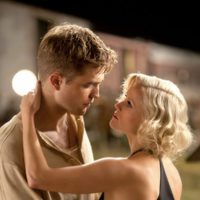 Robert Pattinson y Reese Witherspoon interpretan a amantes
