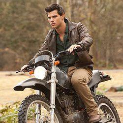 Jacob subido a su moto en 'Amanecer: Parte 1'