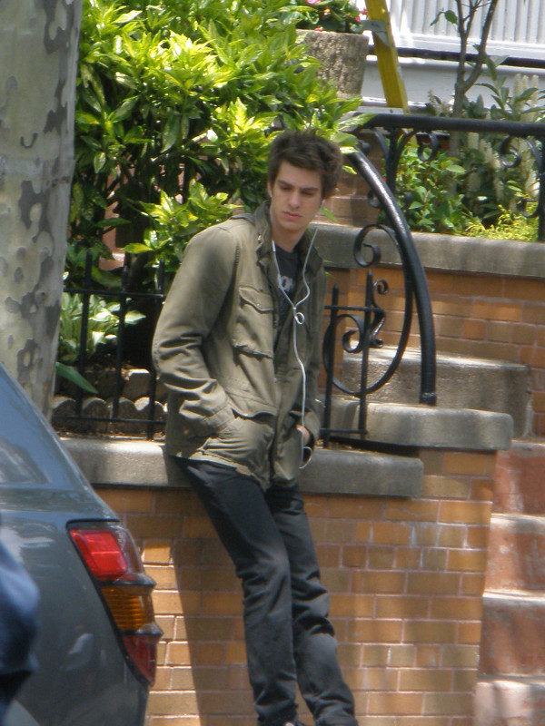 Andrew Garfield espera en el set de 'The amazing Spider-Man'