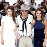 Astryd Bergès-Frisbey, Johnny Depp y Penélope Cruz en el Festival de Cannes 2011