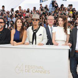 Ian McShane, Penélope Cruz, Johnny Depp, Geoffrey Rush, Astryd Bergès-Frisbey y Sam Claflin en Cannes