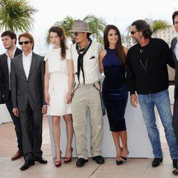 Los actores protagonistas de 'Piratas del Caribe: En mareas misteriosas' con Jerry Bruckheimer y Rob Marshall