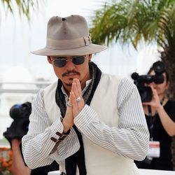 Johnny Depp saluda en el Festival de Cannes 2011