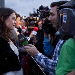 Astrid Bergès-Frisbey habla con los medios en la premiére de 'Piratas del Caribe'