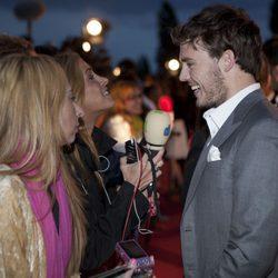 Sam Claflin sonríe ante los medios en la premiére de 'Piratas del Caribe'