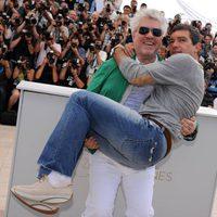 Antonio Banderas, en brazos de Pedro Almodóvar en el photocall de Cannes